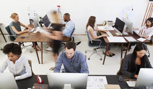 Großraumbüro mit mehreren Mitarbeitern