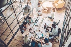 Mitarbeiter in Meetingraum ohne Telefonkabine